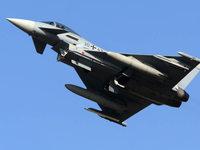 Kampfjet stößt mit Zivilflugzeug zusammen