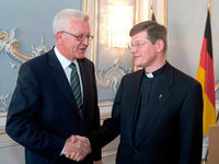 Angestaubt? Freiburger Erzbischof schw�rt Treueeid