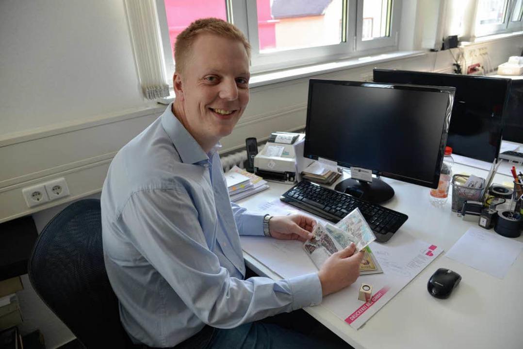 Hat sich Postkarten, Briefmarken und M...n Postkarten des Auktionshauses Stade.  | Foto: Martin Eckert