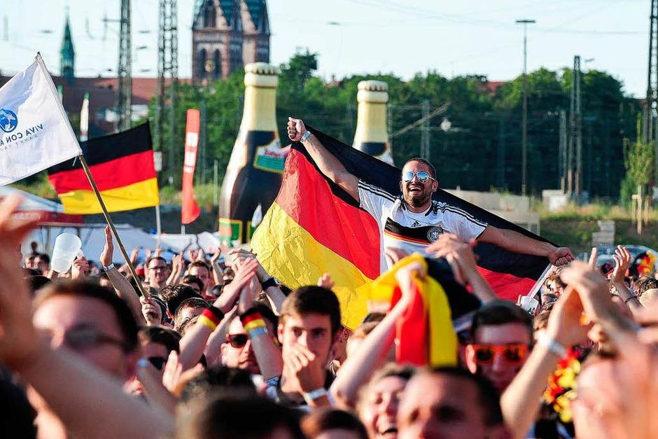 So jubelt die Freiburger Fanmeile Deutschland ins Achtelfinale (Foto: Miroslav Dakov, Miroslav Dakov)