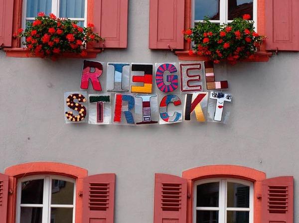 Das Motto der Aktion ziert die Fassade des Riegeler Rathauses.
