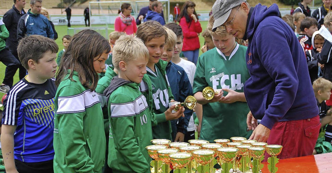 Nach den Freundschaftsspielen verteilte der FC Hausen zahlreiche Pokale.  | Foto: Edgar Steinfelder