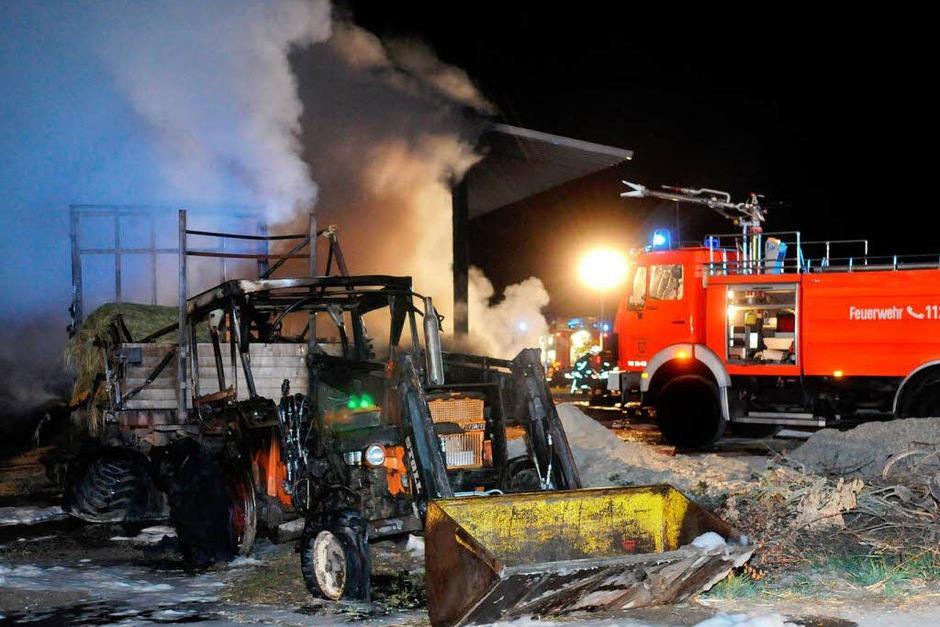Die Kälber konnte die Familie des Scheunenbesitzers vor den Flammen retten, die Arbeitsgeräte wurden aber stark beschädigt. Die Feuerwehr war mit 40 Leuten im Einsatz. (Foto: WOLFGANG KUENSTLE               )