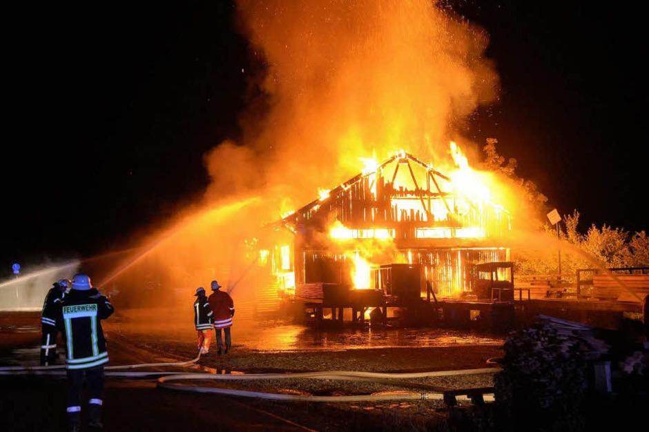 Großeinsatz der Feuerwehren aus Schuttertal, Seelbach und Lahr: Das Sägewerk Obert brannte ab. (Foto: WOLFGANG KUENSTLE               )