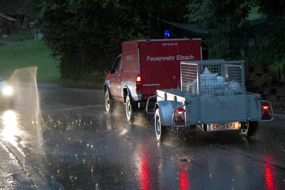 Vollgelaufene Keller, überflutete Straßen: In Elzach-Yach musste sich die Feuerwehr am Montagabend um Unwetterschäden kümmern. (Foto: Daniel Fleig)