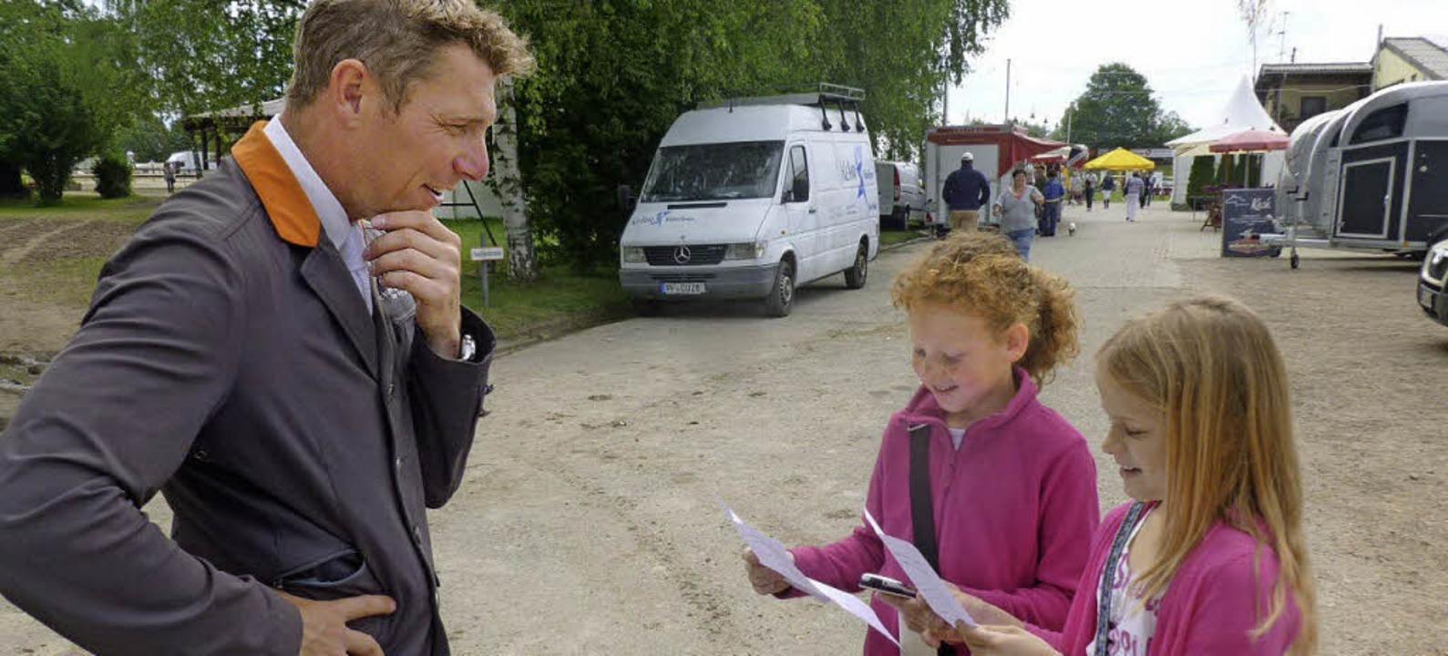 Auf den Zahn gefühlt: Antonina und Reb...ben Springreiter Timo Beck gelöchert.   | Foto: privat