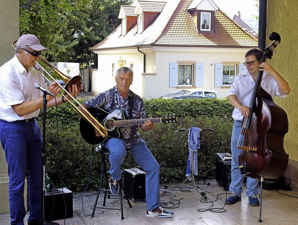 Hans Schweizer (Posaune, Mundharmonika...hielten die Besucher des Sommerfestes.  | Foto: Ernst Hubert Bilke