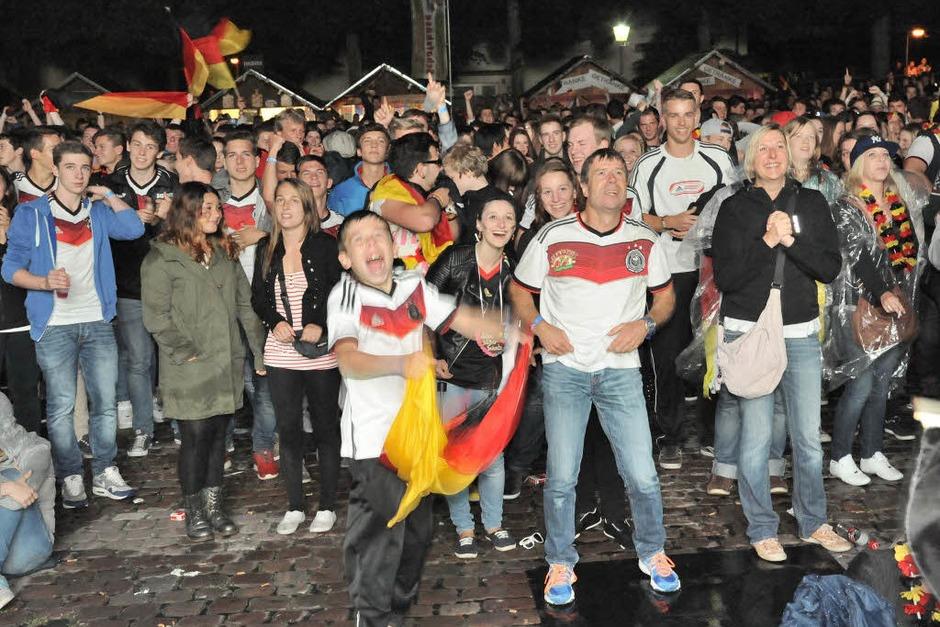 Gebangt und am Ende doch gejubelt - Hunderte fieberten auf dem Emmendinger Schlossplatz dem WM-Titel entgegen und feierten danach ausgelassen (Foto: Markus Zimmermann               )