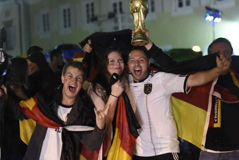 Auch mit einem nicht ganz echten WM-Pokal lässt sich's bestens feiern. (Foto: Volker Münch)