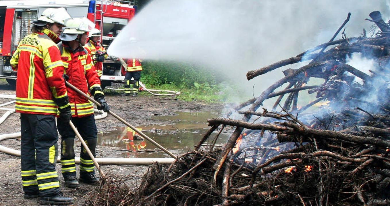 Große Holz- und Reisighaufen wurden in...Bedingungen für die Übung zu schaffen.  | Foto: Dieter Maurer