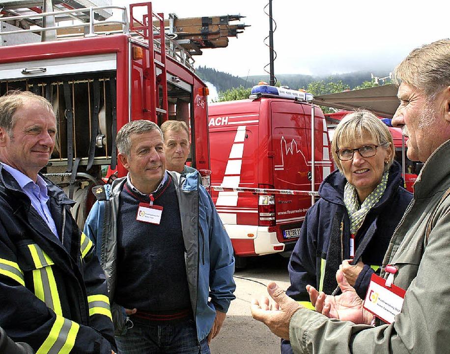 Fachbereichsleiter Peter Meyer informi...ter  Landrätin Dorothea Störr-Ritter.   | Foto: Dieter Maurer