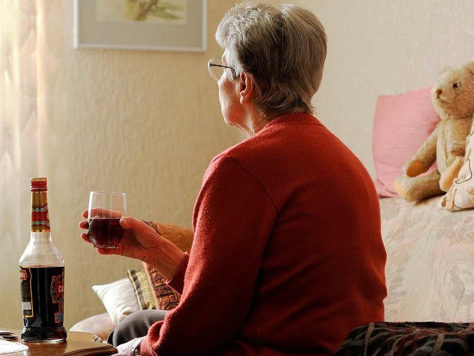 Einsamkeit  ist häufig ein Grund für den Griff zur Flasche.  | Foto: DPA
