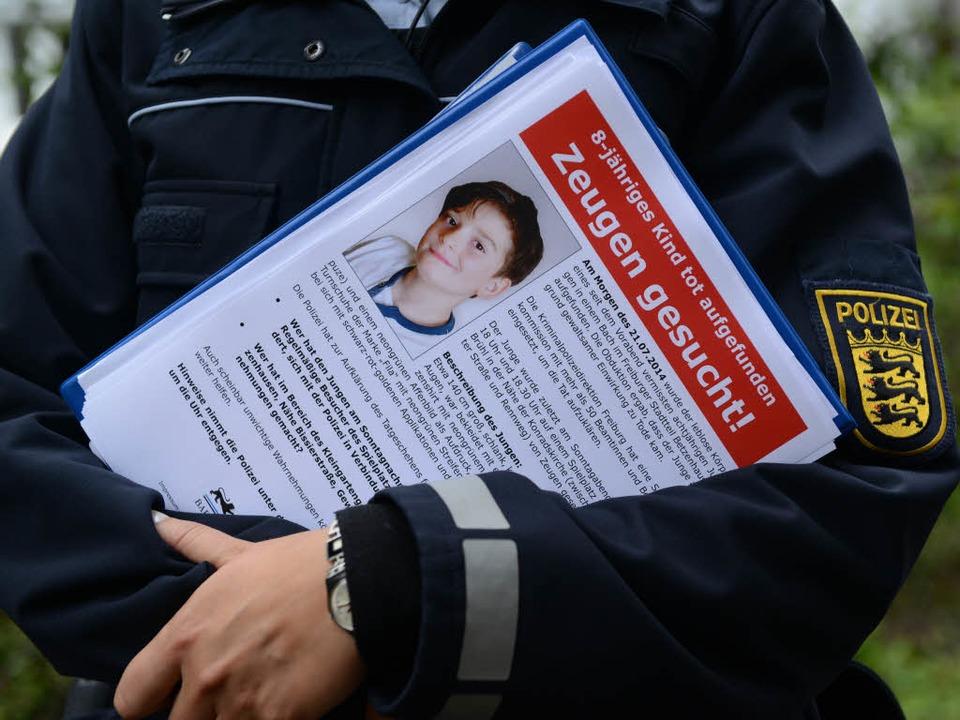 Mit Flugblättern sucht die Polizei nac...n könnten, das Verbrechen aufzuklären.  | Foto: dpa