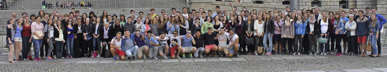 Schüler des Kant-Gymnasiums bei ihrer Klassenfahrt  vor dem Berliner Reichstag     Foto: zVg