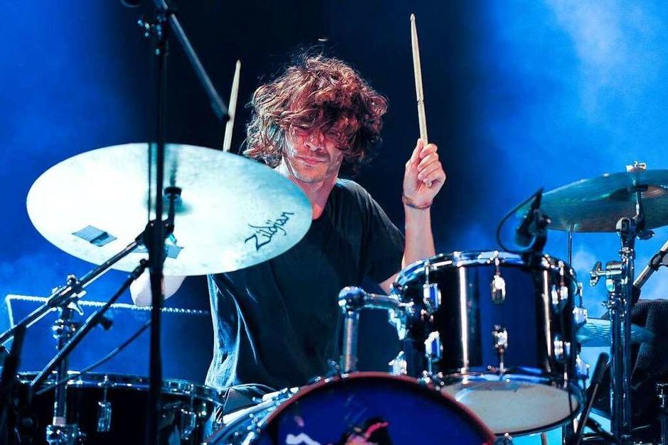 Schlagzeuger Adam Falkner wirbelt mit den Drumsticks. (Foto: Miroslav Dakov, Miroslav Dakov)