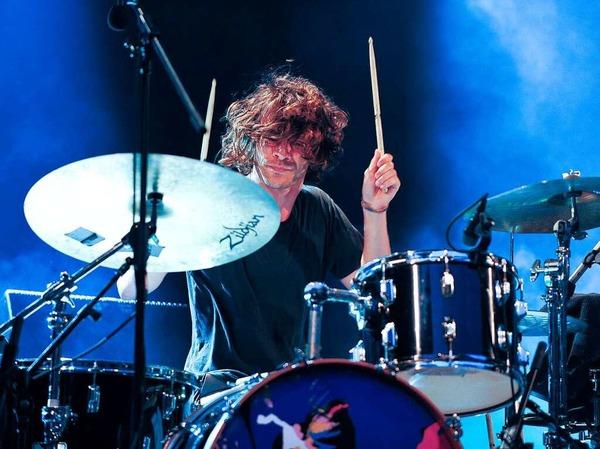 Schlagzeuger Adam Falkner wirbelt mit den Drumsticks.