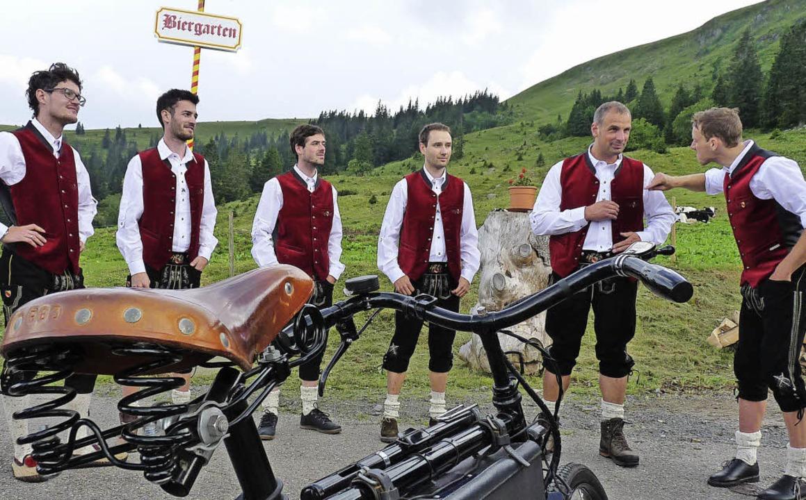 Rothaus-Bergradsport-Feiergruppe: Mit ... Militärfahrrad von Fidelius Waldvogel  | Foto: Johannes Bachmann