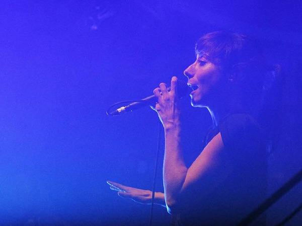Wirkt zerbrechlich, überzeugt mit kräftiger Stimme: die Münchner Rapperin Fiva.