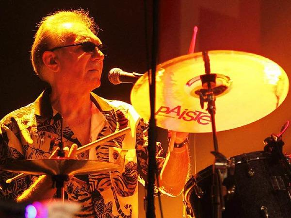 """Streichelt, schlägt, tippt Hi-Hats und Becken: Canned Heat-Drummer Adolfo """"Fito"""" de la Para."""