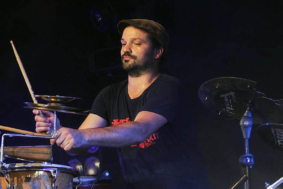 Drummer und Perkussionist Markus Schumacher begeistert mit synkopierten Drumgrooves. (Foto: Wolfgang Grabherr)