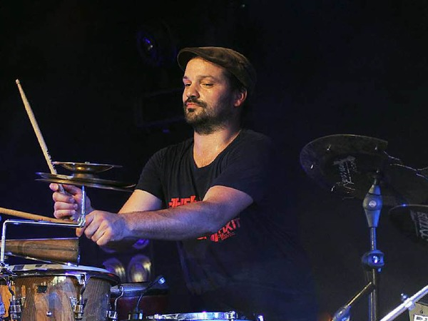 Drummer und Perkussionist Markus Schumacher begeistert mit synkopierten Drumgrooves.