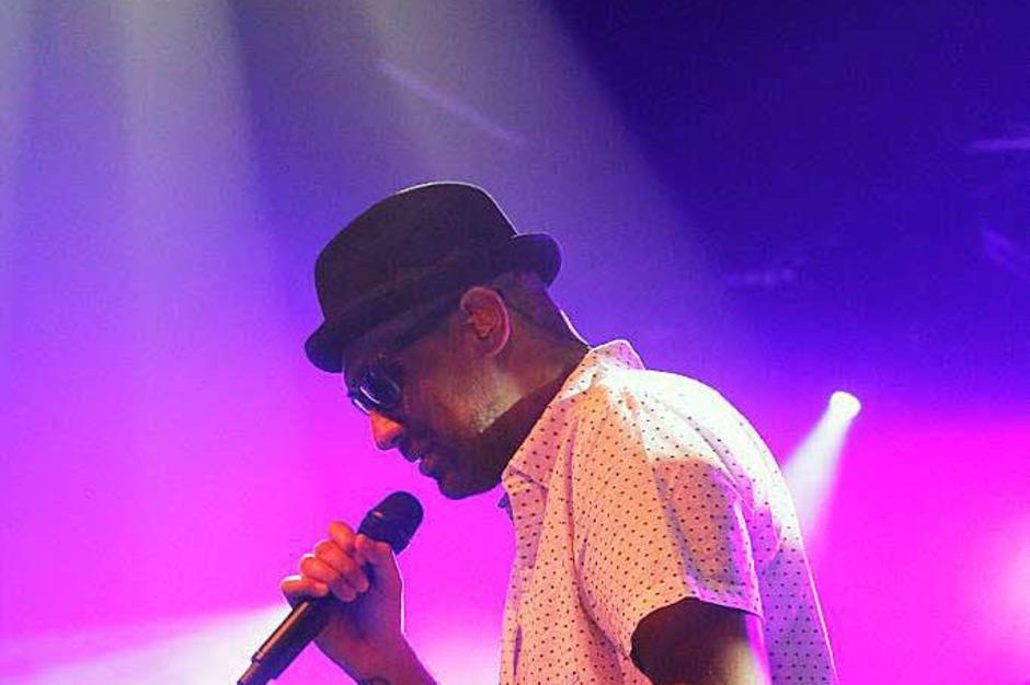 Joe Dukie (Fat Freddys Drop) toastet, rappt, singt. (Foto: Wolfgang Grabherr)