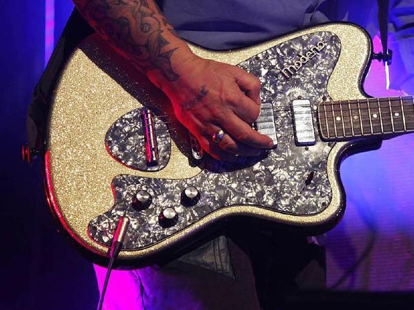 Wenn Tehi Kerr alias Jetlag Johnson für die neuseeländische Band Fat Freddys Drop in die Saiten  greift, verzaubert er das Publikum mit treibenden Gitarrengrooves.