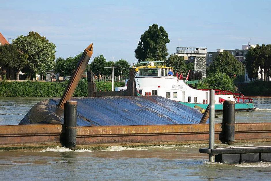 Schiffsunglück auf dem Rhein – havarierter Frachter kollidiert mit zwei Hotelschiffen. (Foto: Reinhold Utke, Freiwillige Feuerwehr Weil am Rhein)