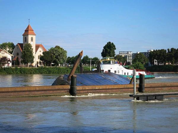 Schiffsunglück auf dem Rhein - havarierter Frachter kollidiert mit zwei Hotelschiffen.