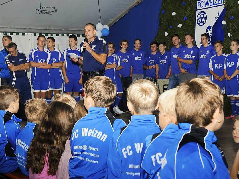 Der Vorsitzende Rolf Büche, der durch ...dspieler des FC Weizen sichtlich wohl.  | Foto: Dietmar Noeske