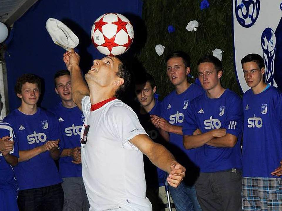 Fußball-Jongleur Patrick Bäurer aus Ho...programm des Festbanketts sein Können.  | Foto: Dietmar Noeske