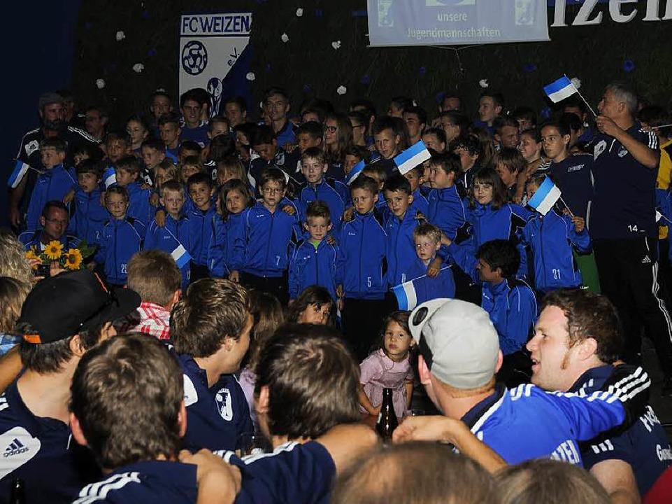 Ganz in Blau und Weiß präsentierte der...ler Stolz seine große Jugendabteilung.  | Foto: Dietmar Noeske