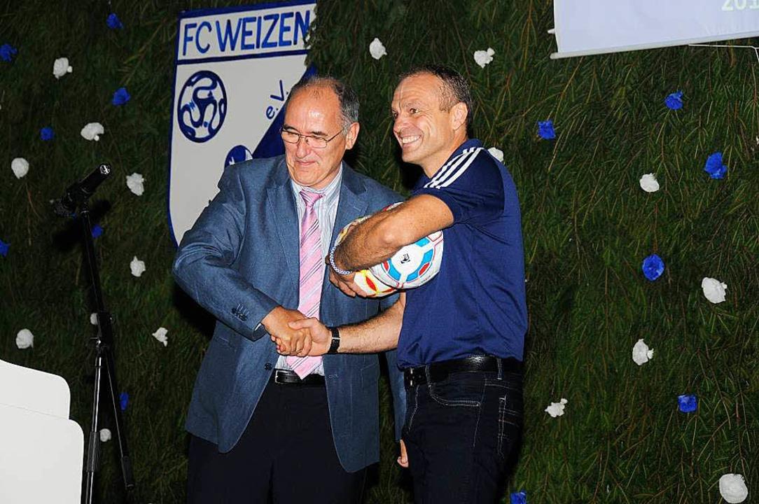 Glückwünsche durfte Rolf Büche vom  Vo...Uwe Sütterlin (links) entgegen nehmen.  | Foto: Dietmar Noeske