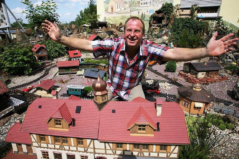 Der Schöpfer und sein Reich: Ewald Erb in der Diersburger Miniaturwelt. (Foto: Bastian Henning)