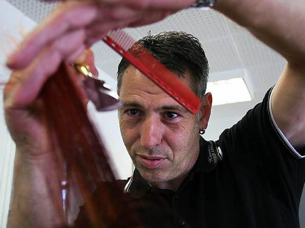 Peter Mayer braucht keine Schere um die Frisur in Form zu bringen ...