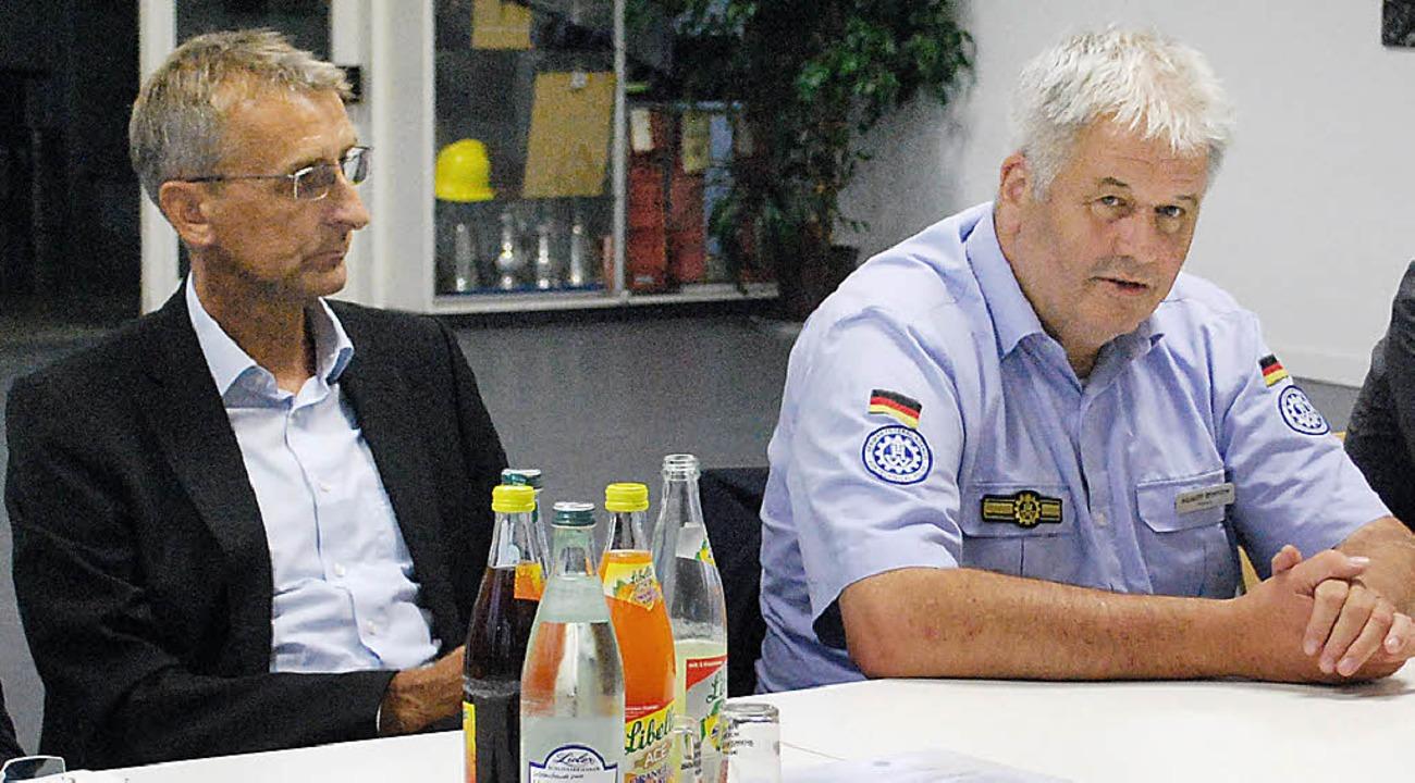 THW-Präsident Albrecht Broemme (rechts...undestagsabgeordneten Armin Schuster.   | Foto: Mink