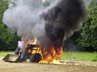 Dichte Rauchschwaden wegen Traktorbrands