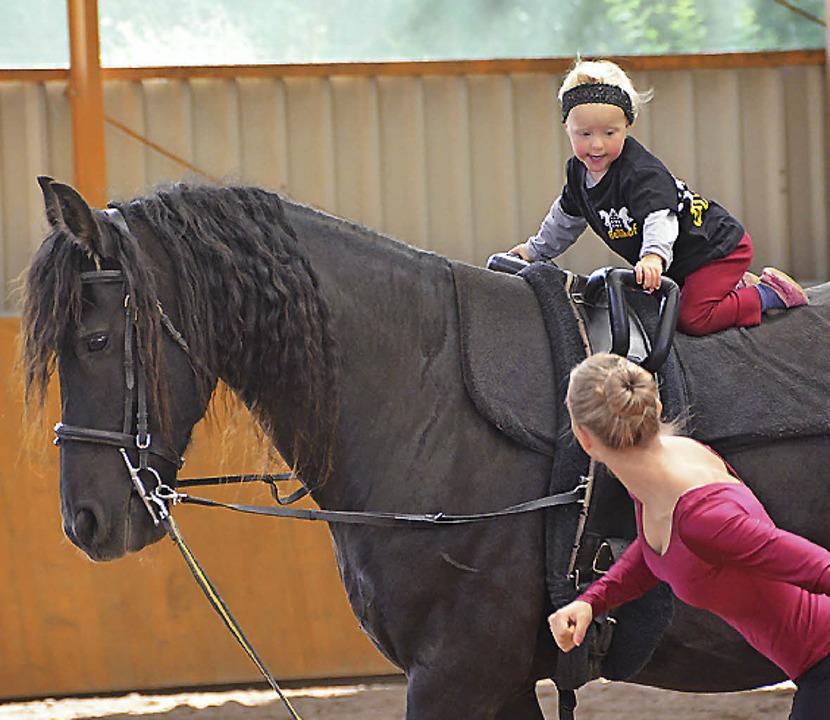 Früh übt sich, wer ein Reiter und Voltigierer werden will.  | Foto: Juliane Kühnemund