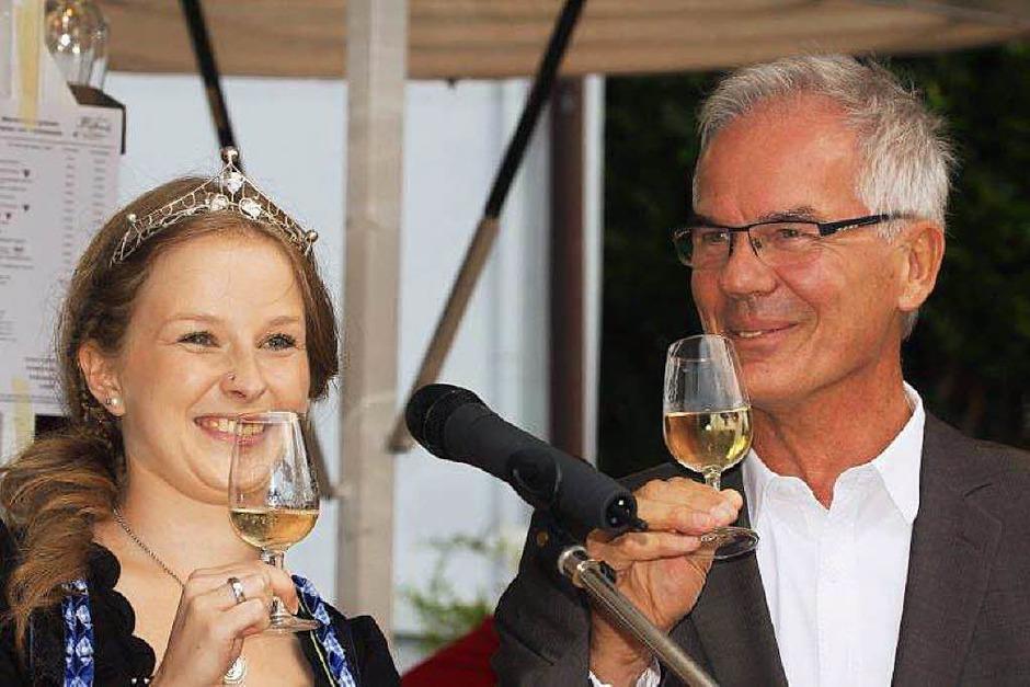 Bürgermeister Rainer Mosbach und die neue Markgräfler Weinprinzessin Melissa Fünfgeld. (Foto: Frowalt Janzer)