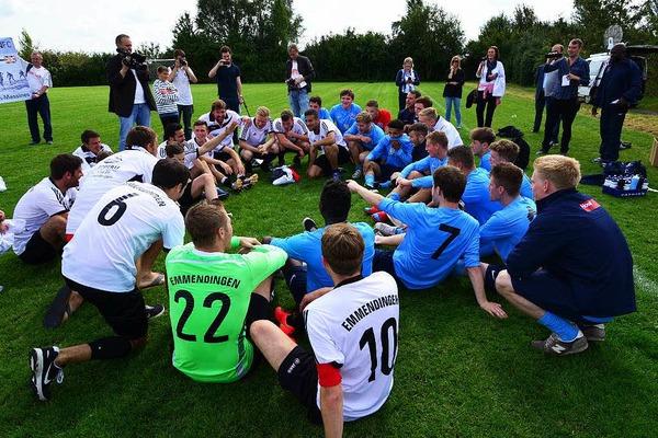 Nach dem Spiel friedlich vereint: Die Teams des FC Emmendingen und des FC Newark.