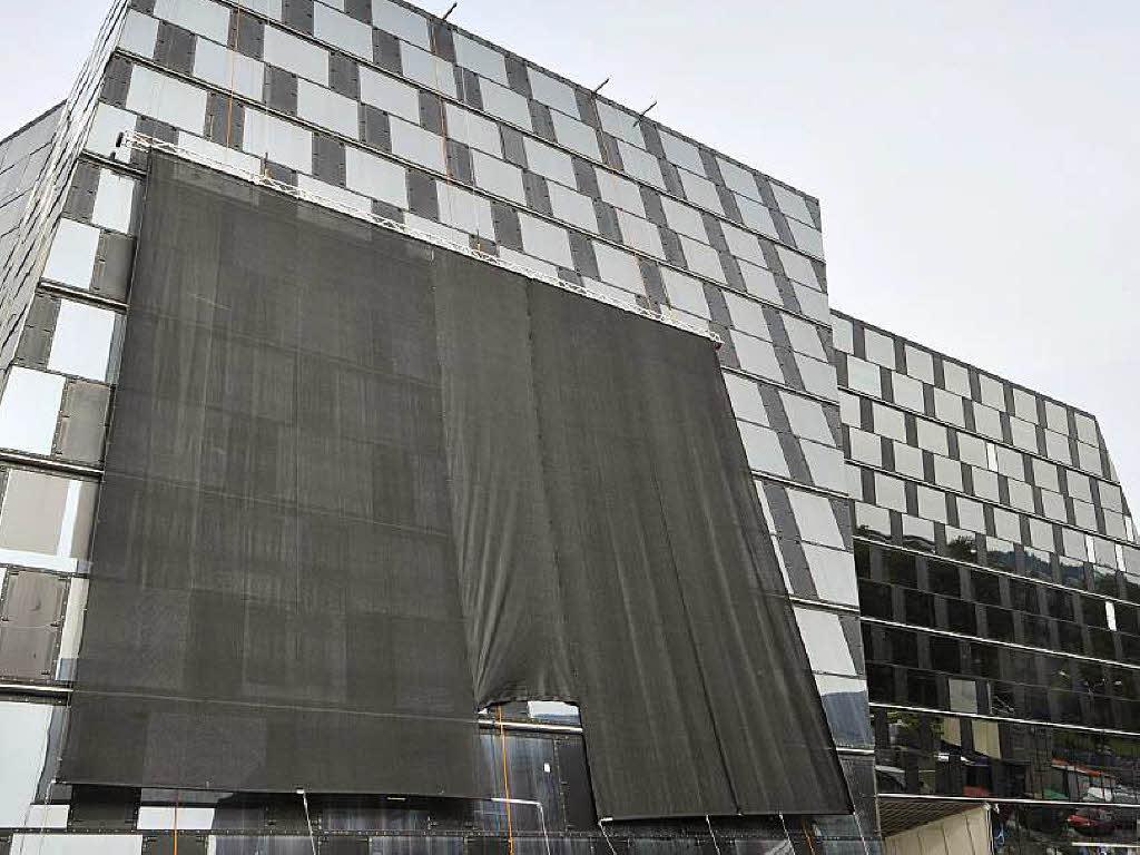 fassade blendet wieder xxl banner an der unibibiothek freiburg badische zeitung. Black Bedroom Furniture Sets. Home Design Ideas