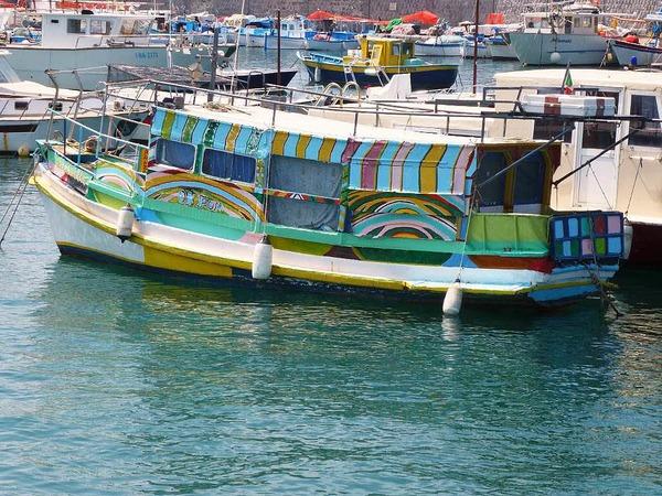 Schiff im Hafen von Forio, Ischia