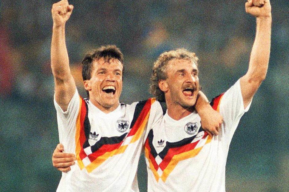 Lothar Matthäus (links), hier mit Stürmer Rudi Völler 1990, trug die Kapitänsbinde bei 75 Spielen und ist damit der Rekordspielführer (Foto: dpa)