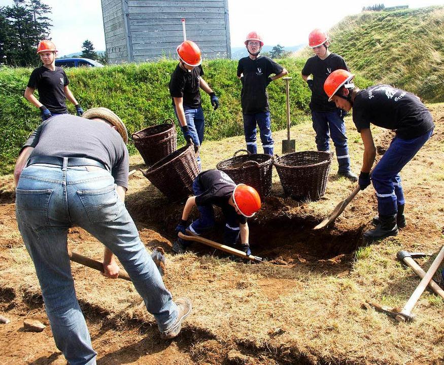 Schanzen was das Zeug hält – der Palisadengraben wird ausgehoben.  | Foto: Heiner Fabry