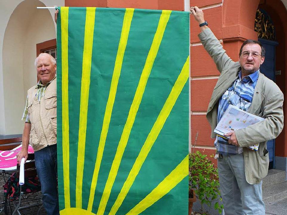 Fahnen wie diese werden auf die Aktion...st und Werner Tegeler halten sie hoch.  | Foto: Sylvia-Karina  Jahn