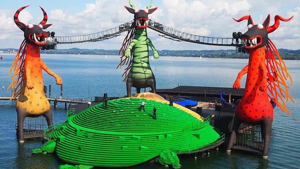 """Urlaub in Bregenz und Besuch der Bregenzer Festspiele. Im Bild die Seebühne mit Kulisse der """"Zauberflöte""""."""