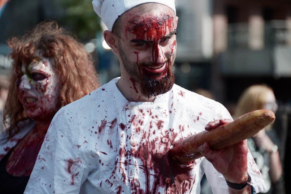 Unschwer zu erkennen: Ein französischer Zombie. Ihm ragt ein Baguette aus der Brust. (Foto: AFP)
