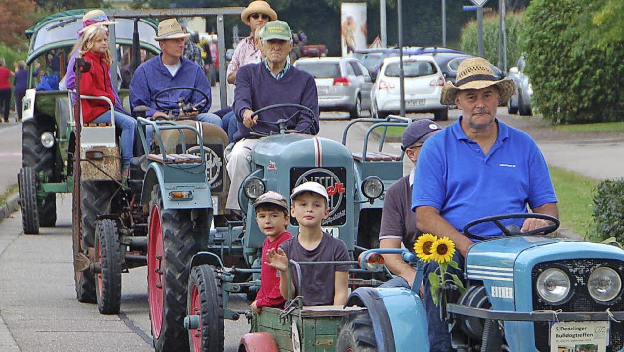 Insgesamt 48 Traktoren nahmen am Samstag am Bulldog-Korso in Denzlingen teil.     Foto: Helena Kiefer