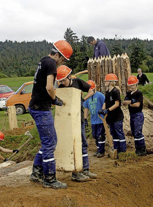 Noch einmal verrichten die Gersbacher Schwerstarbeit.  | Foto: Heiner Fabry