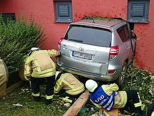 Bad Krozingen: Auto rast durch Maisfeld und kracht in Hauswand